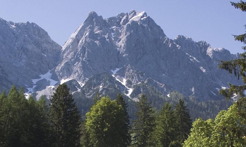 Grainau im Werdenfelser Land Kreis Garmisch-Partenkirchen Oberbayern Deutschland Fronleichnamsprozession vor der Zugspitze aus dem Wetterstein Gebirge
